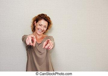 glimlachende vrouw, vingers, wijzende, ouder