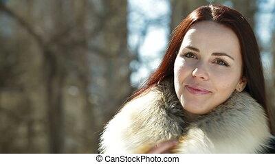 glimlachende vrouw, winter, vrolijke