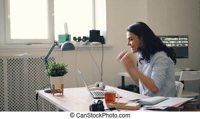 goed, kantoor, krijgen, businesswoman, draagbare computer, lachen, handen, gebruik, nieuws, handgeklap