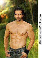 goed, mannelijke , model, verticaal, buiten, passen, shirtless, het kijken