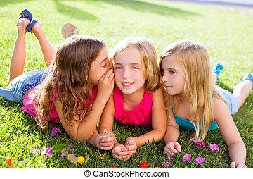 gras, meiden, kinderen, het fluisteren, bloemen, spelend