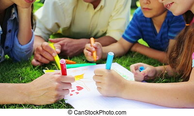 gras, terwijl, tekening, het liggen, samen, gezin, vrolijke