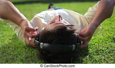 gras, vredig, muziek, terwijl, het liggen, man, het luisteren