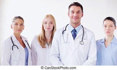 groep, artsen, het glimlachen