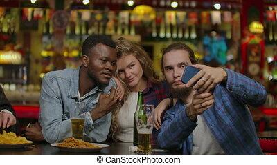 groep, bar, vervaardiging, vrolijke , vrienden, of, kroeg, bier, multiracial, roosteren