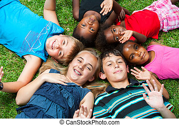 groep, og, het leggen, samen, grass., anders, kinderen