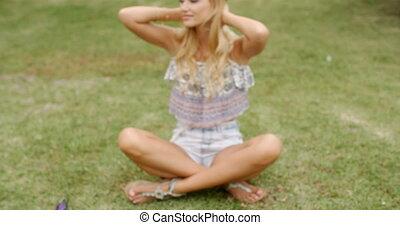 grond, blonde , grassig, zittende , vrouw, mooi
