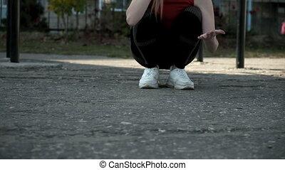 grond, zittende , activewear, handen, vrouwlijk, unrecognizable, poetsen, terwijl, haar