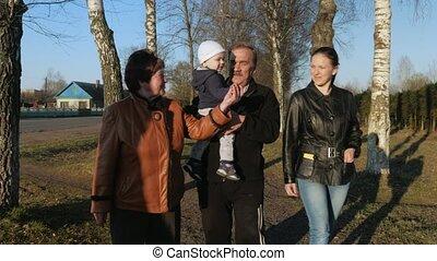 groot, dochter, kleinzoon, gezin, park, grootvader, grootmoeder, hun, straat, wandelingen, praatje, sunset.