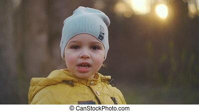 groot, het glimlachen, close-up, kleine, verticaal, gele, kaukasisch, het kijken, jas, oud, camera., eyelashes, direct, pet, 2, jaren, jongen