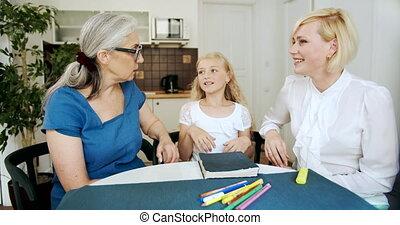 grootmoeder, klesten, dochter, thuis