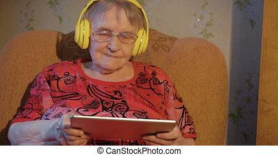grootmoeder, pc, headphones, moderne, tablet
