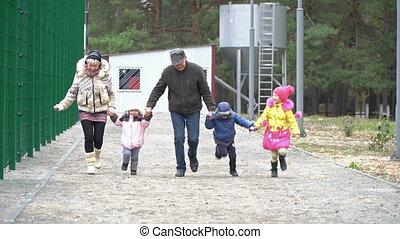 grootouders, rennende , kleinkinderen