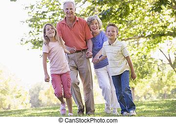grootouders, wandelende, grandchildren.