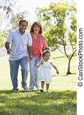 grootouders, wandelende, kleindochter, park