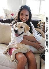 haar, aanhalen, dog, aziatisch meisje, vrolijke