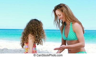 haar, dochter, aan het dienen, moeder, sunscreen
