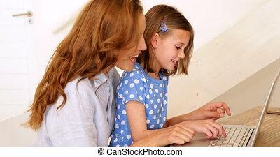 haar, draagbare computer, klein meisje, moeder, gebruik