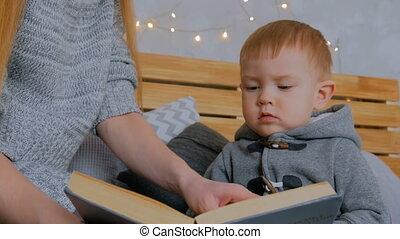 haar, jonge, zoon, boek, moeder, baby, thuis, lezende