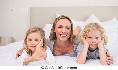 haar, kinderen, moeder, zwaaiende , fototoestel, twee