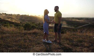 haar, langzaam, omhelzingen, meisje, sun., helder, lente, minnaars, benaderingen, boyfriend, schattig, romantische, mooi, aanzicht, liefde, twee, field., him., kussen, paar, dag, hem, bovenkant, aardig, onder