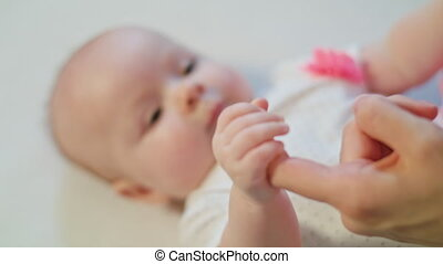 haar, moeder, het kijken, vinger, vasthoudende baby