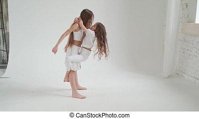 haar, ontzien, lang, acrobatisch, meiden, kleren, toneelstuk, trucs, weinig; niet zo(veel), witte