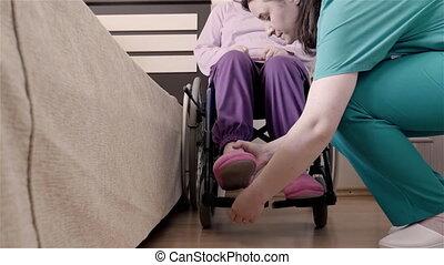 haar, verpleegkundige, wheelchair, invalide, zetten, bed, portie, vrouw, ouder