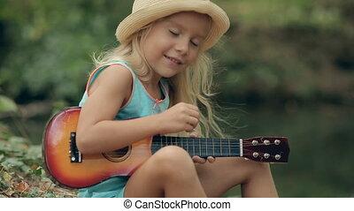 haar, weinig; niet zo(veel), lang, gitaar, bos, blonde , verticaal, meisje, rivier, spelend