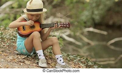 haar, weinig; niet zo(veel), stro, lang, gitaar, blonde , meisje, hoedje, spelend
