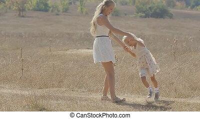 haar, weinig; niet zo(veel), vertragen, dochter, middelbare , draaien, jonge, lang, motie, akker, blonde , moeder
