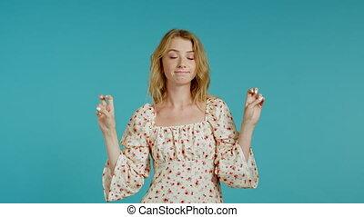 handen, gebaar, meisje, achtergrond., sarcasme, ironie, vingers, zeer grappig, concept., mooi, kromming, zoals, op, het tonen, citaten, twee, vrijstaand, blauwe