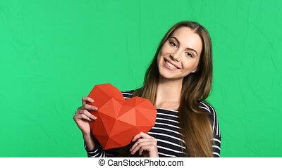 hart, vrouw, polygonal, vorm, papier, vasthouden, het glimlachen, rood
