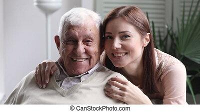 hartelijk, kleindochter, jonge, grootvader, het glimlachen, familie beeltenis, omhelzing, oud