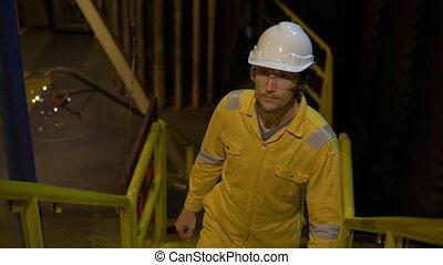 helm, uniform, of, bril, slowmotion, liquefied, milieu, jonge, industriebedrijven, grit, man, plant., gele, perron, werken, gas, olie