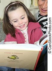 helpen, jonge, boek, volwassene, girl lezen