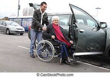 helpen, vrouw, wheelchair, jonge, hogere mens