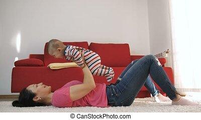 hem, moeder, baby, thuis, zoon, spelend, het tilen