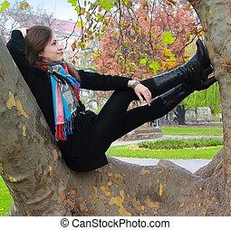 herfst, vrouw ontspannend, denken, boompje, op, het kijken, kleur, het glimlachen