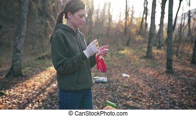 hergebruiken, garbage verzameling, vrouw, vrijwilliger, handschoenen, afval, forest., zet, herfst, puin, plastic, voorbereiding, jonge, reserveren