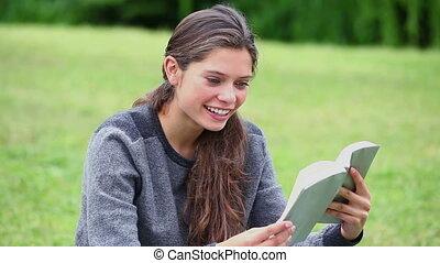 het boek van de lezing, brunette, vrouw, vrolijke
