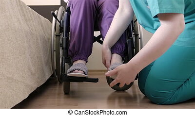 het geven, vrouw, wheelchair, invalide, ouder, verpleegkundige