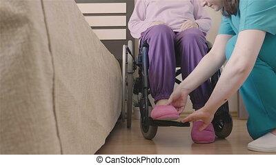 het geven, vrouw, wheelchair, jonge, invalide, ouder, verpleegkundige