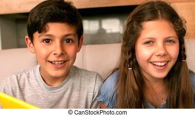 het glimlachen, bankstel, fototoestel, siblings