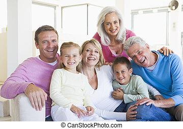 het glimlachen, binnen, gezin, zittende