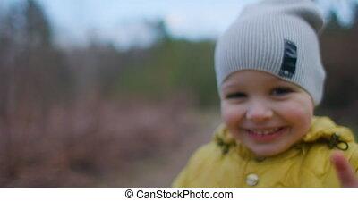 het glimlachen, close-up, kleine, verticaal, gele, het kijken, jas, camera., groot, mooi, eyelashes, direct, pet, jongen