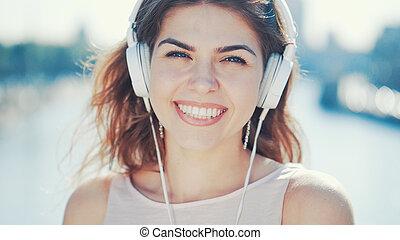 het glimlachen, luisteren, muziek, meisje, vrolijke