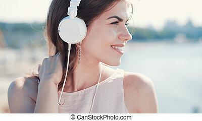 het glimlachen, muziek, meisje, luisteren