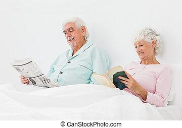 het glimlachen, paar, bed, lezende