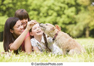 het glimlachen, park, dog, dochter, moeder